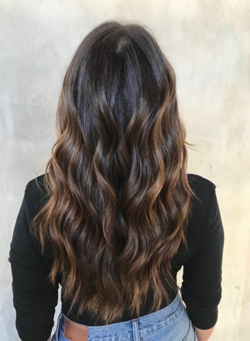 lange Haare dunkelbraun stilvoller Look
