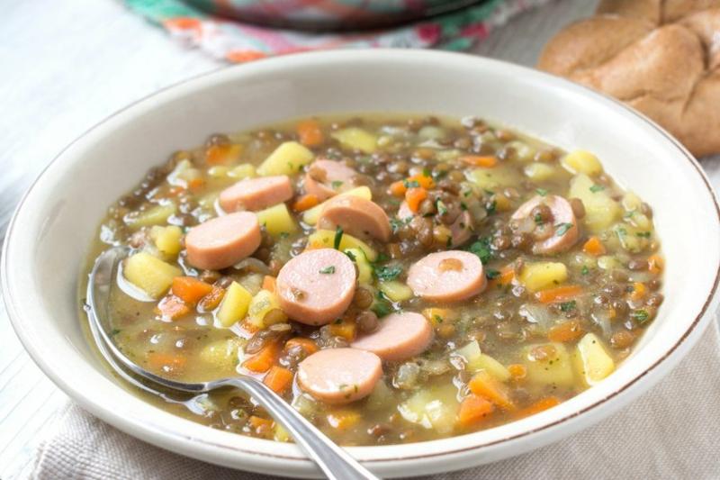 Linsensuppe mit Würstechen und Kartoffeln