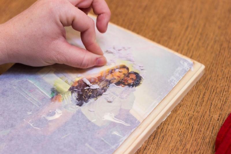 Foto auf Holz das Papier entfernen