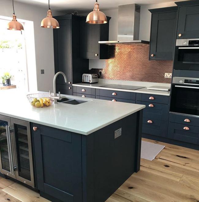 Moderne Küche mit Laminatboden