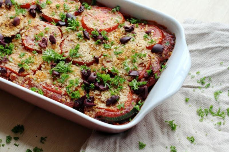 Auberginenlasagne mit Tomaten und Oliven