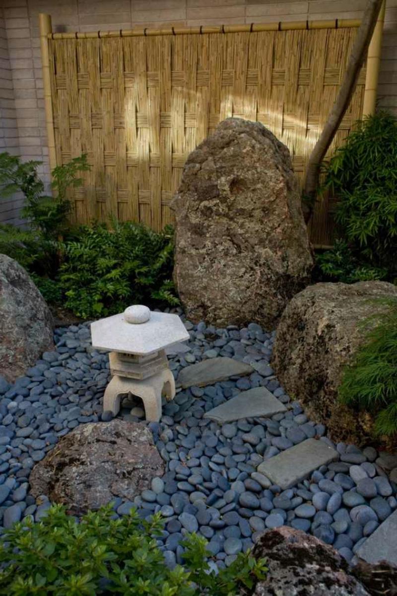 Steingarten Felsen Bambus und Farnen