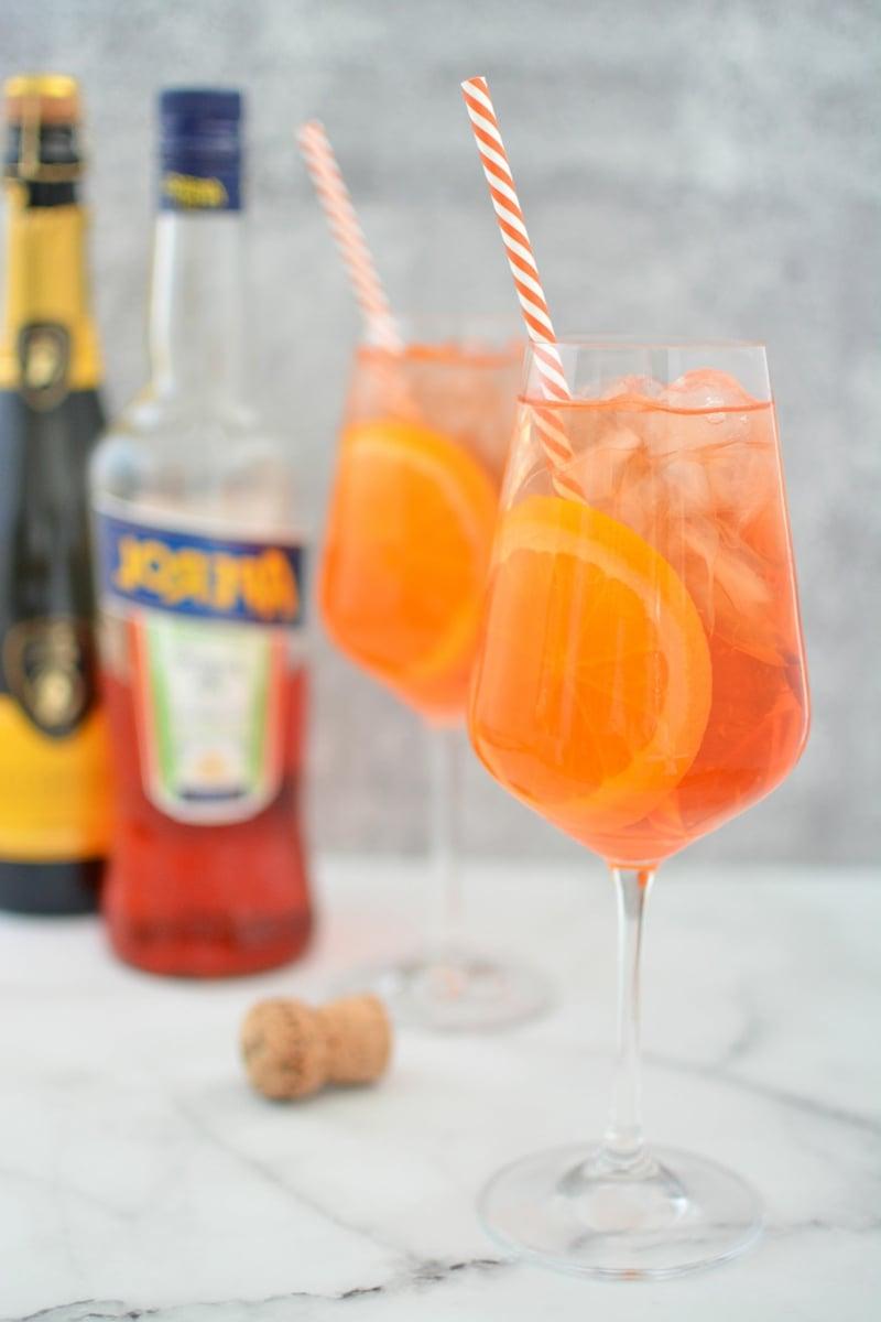 Aperol Spritz Rezept mit Strohhalm servieren