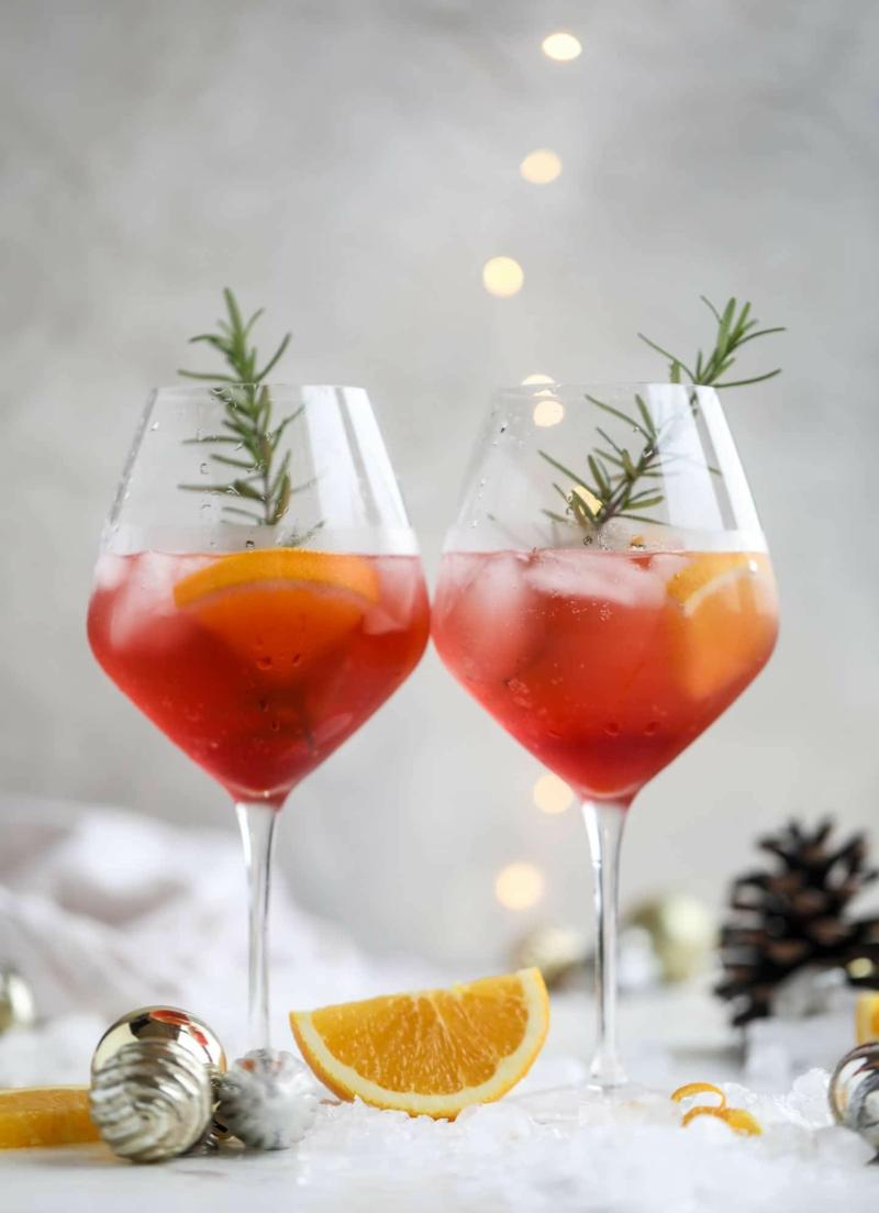 Cocktail mit Zitrone und Rosmarin Weongläser