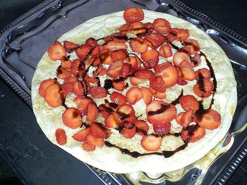 süßer Flammkuchenbelag Erdbeeren und Schokolade