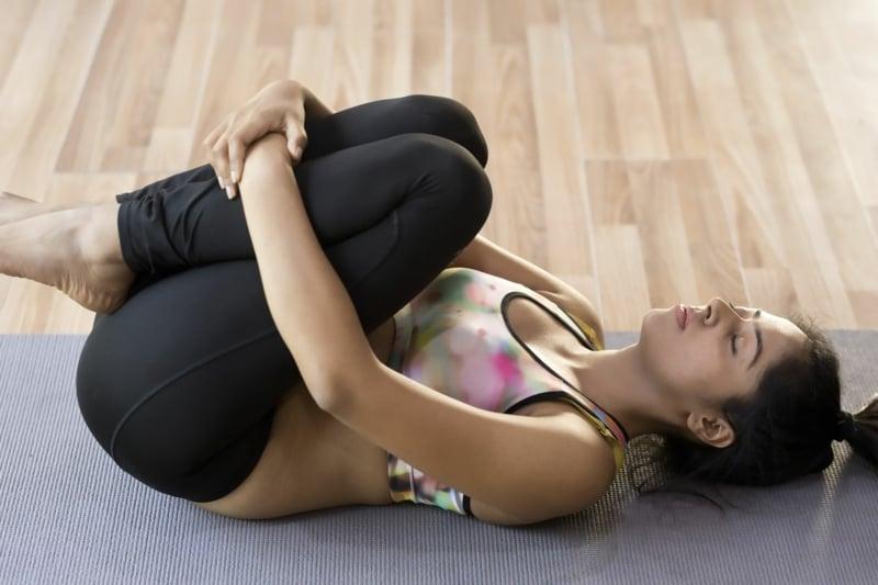 Knie zur Brust leichte Posen für Anfänger