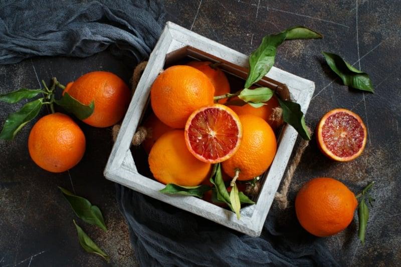 gesunde Ernährung frische Früchte essen