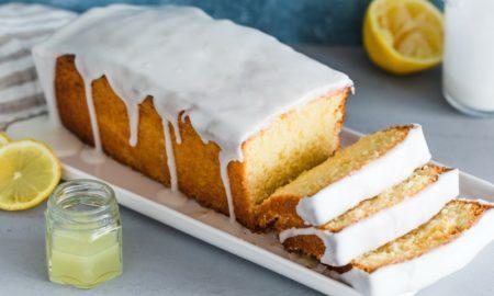 Zitronenkuchen mit Zuckerguss übergießen