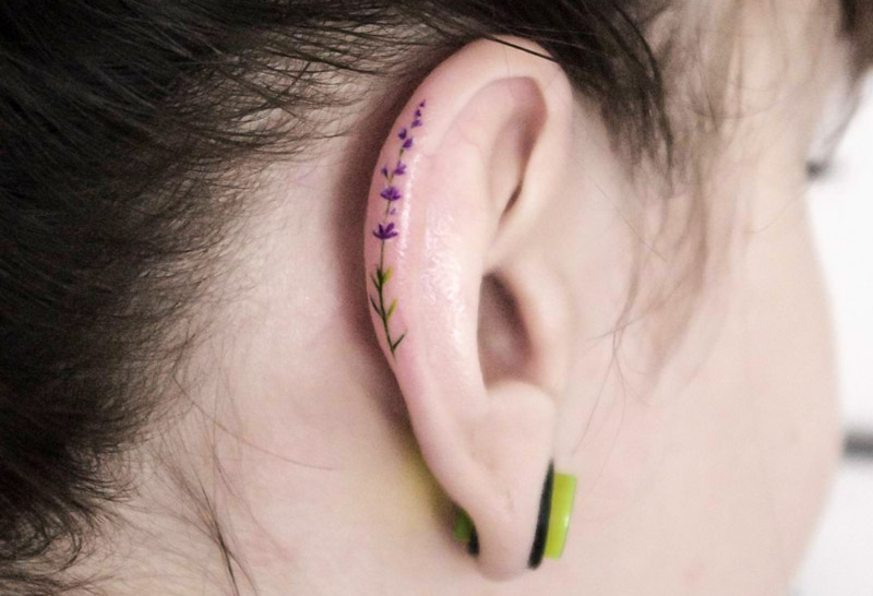 Helix Tattoo Blumenranke