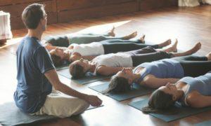 in einer Gruppe YOga praktizieren