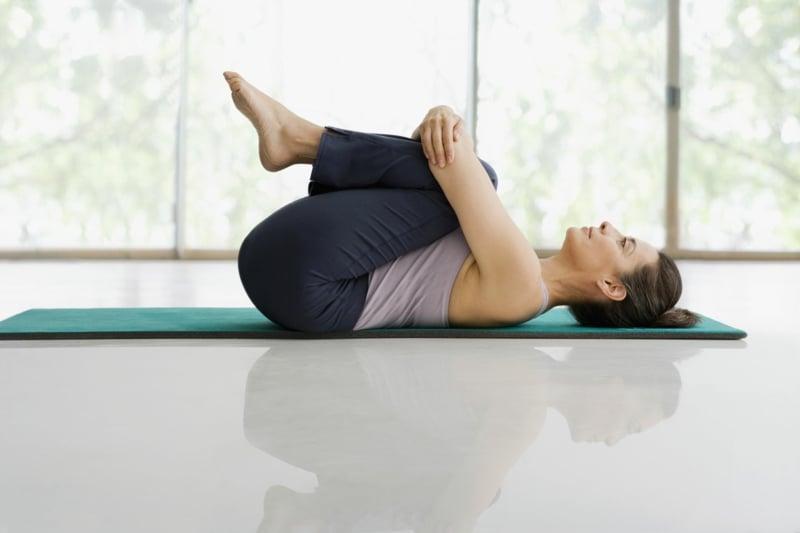 leichte Asanas Knien zur Brust