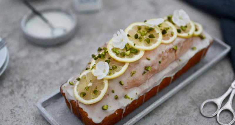 Kuchen mit Zuckerguss und Zitronenscheiben garnieren