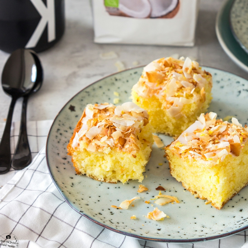 Zitronenkuchen vom Blech mit Kokoschips