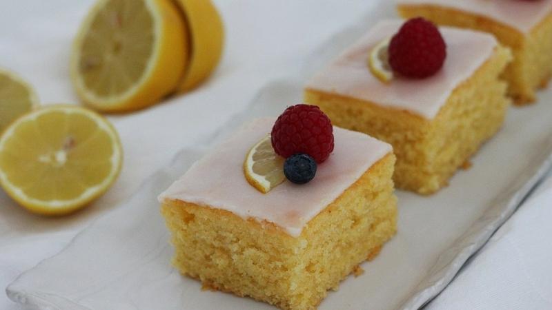 Zitronenkuchen mit Früchten garnieren