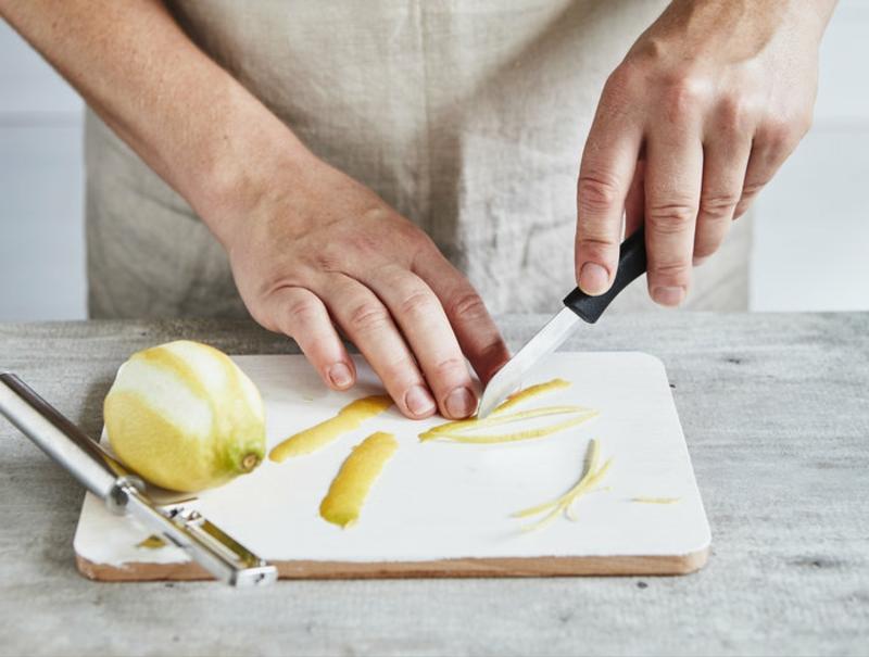 Zitrone die Schale schneiden