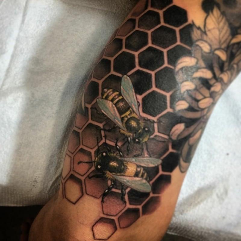 Tattoo Hexagone Bienen modern