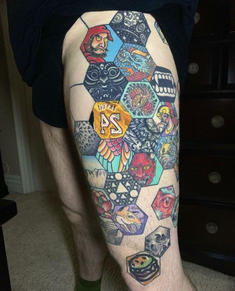 Tattoo Hexagone bunt Oberarm originell