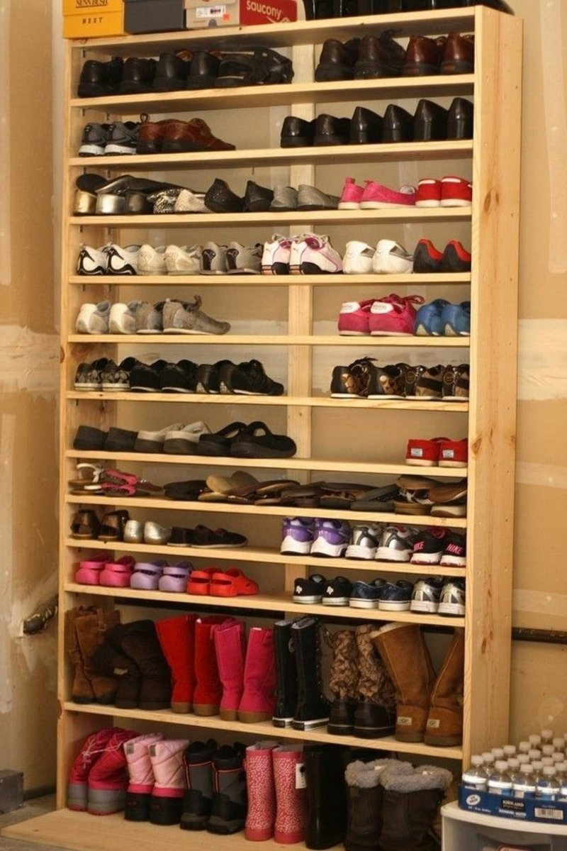 großer Schrank aus Holz offen Schuhe