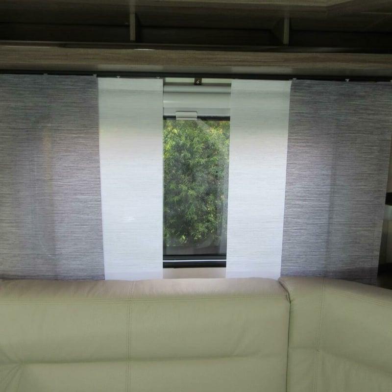 Wohnzimmer Couch Fenster Flächengardinen