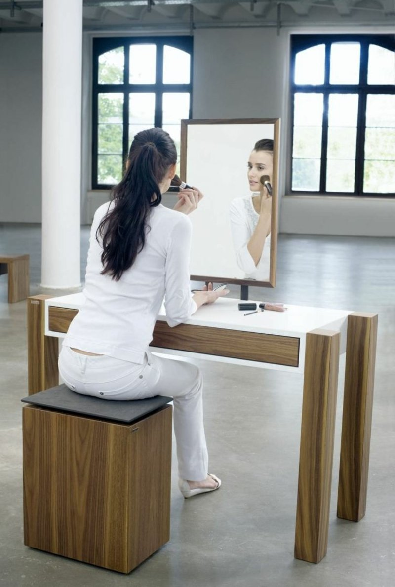 sich schminken vor dem Spiegel sitzen