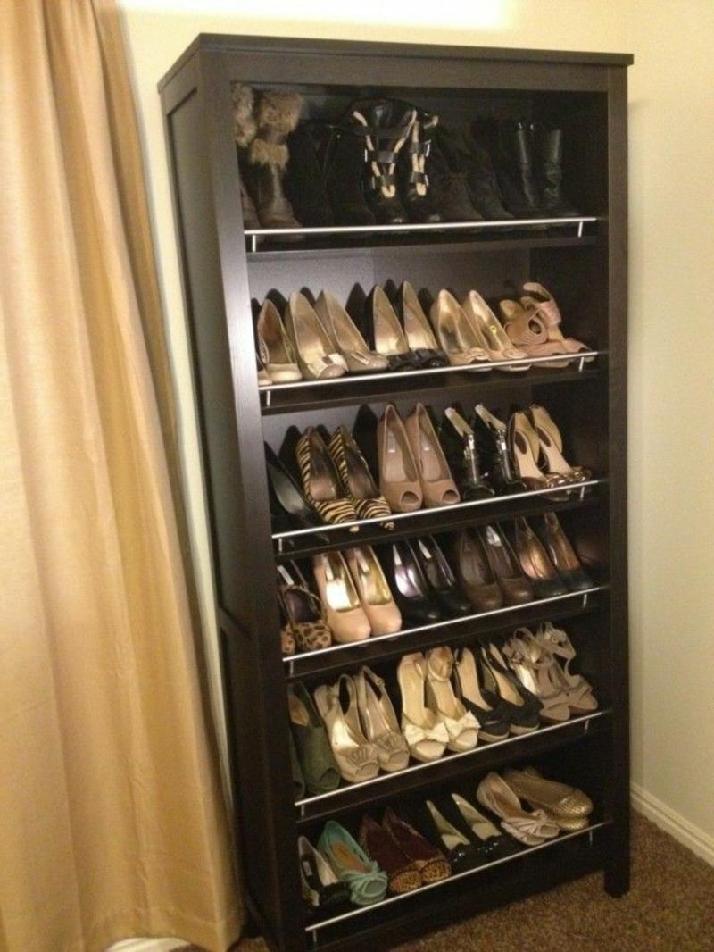 Schuhschrank aus dunklem Holz elegant