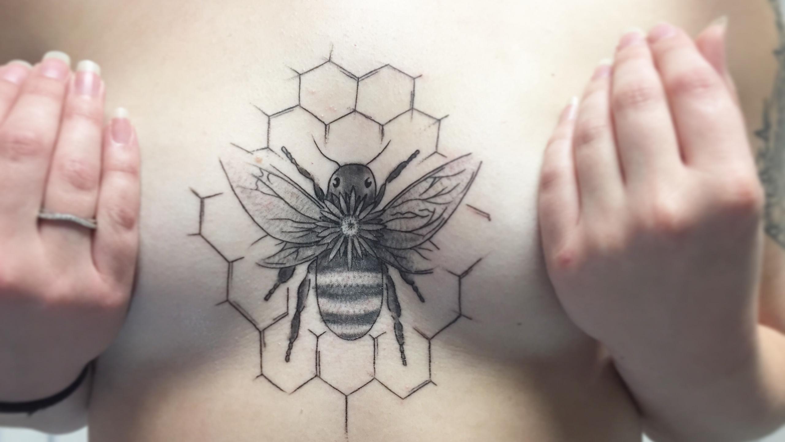 Brust Tätowierung Biene Sechsecke