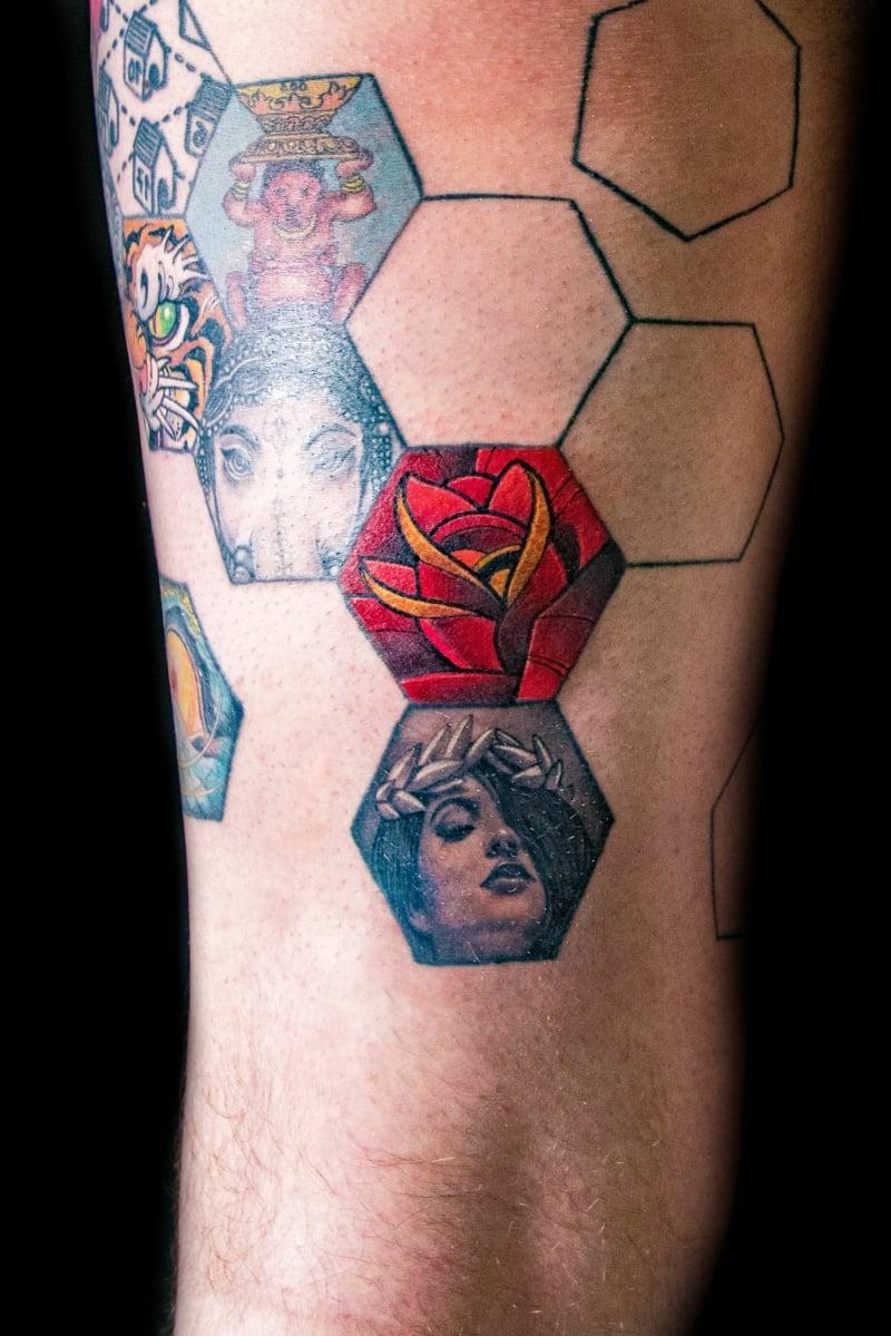 Sechseck Tattoo bunt