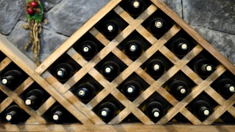 stilvolles Regal aus Holz Weinflaschen