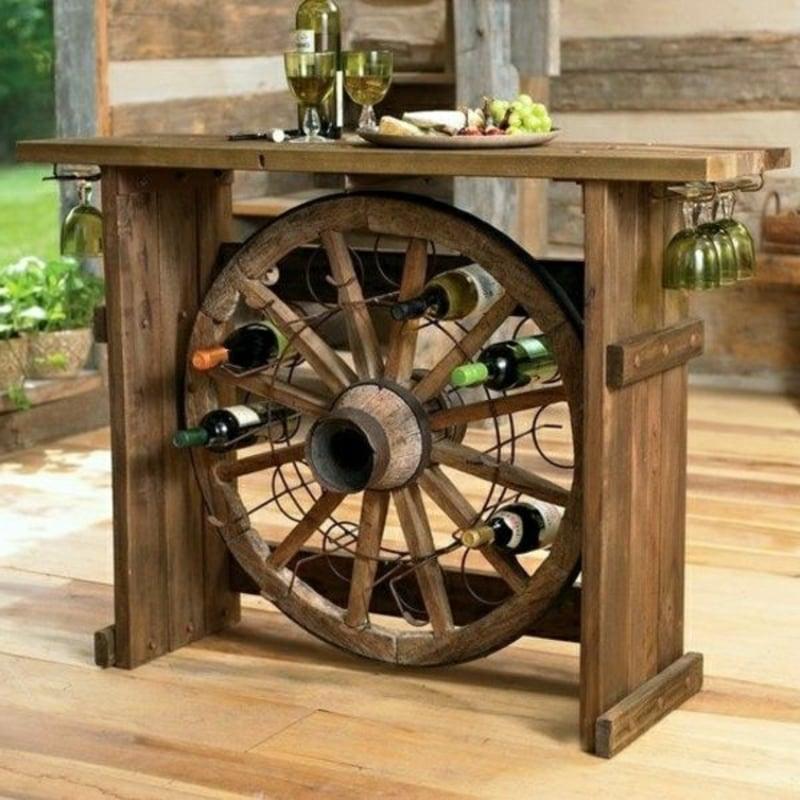 altes Holzrad statt Weinregal nutzen