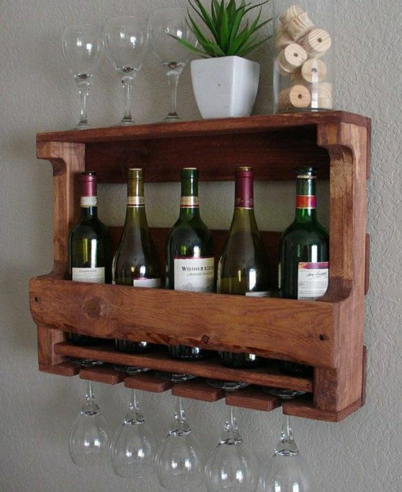 stilvolles Regal für Weinflaschen aus Palette gebaut