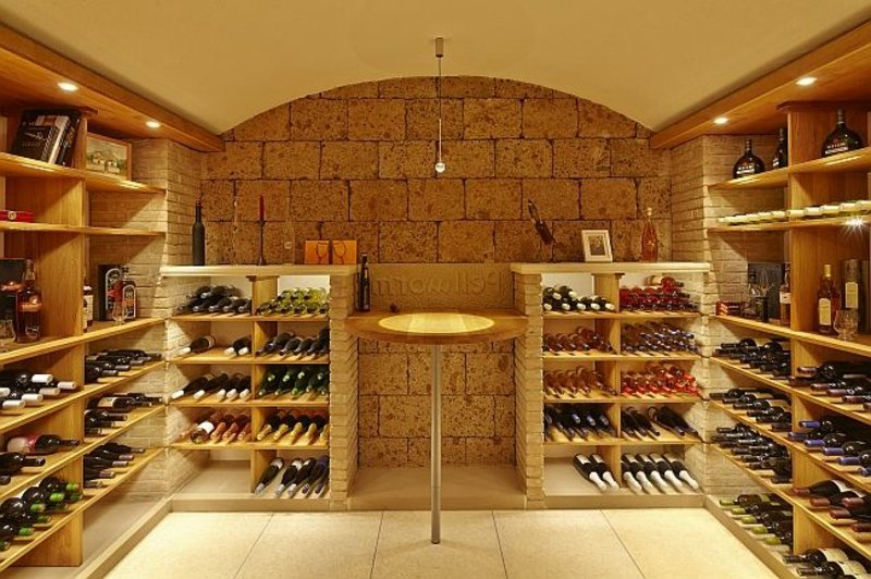 Weinkeller mehrere Regale mit Weinflaschen