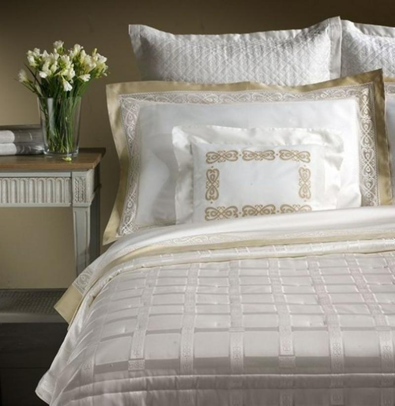 Bettwäsche in Weiß und Golden luxuriös