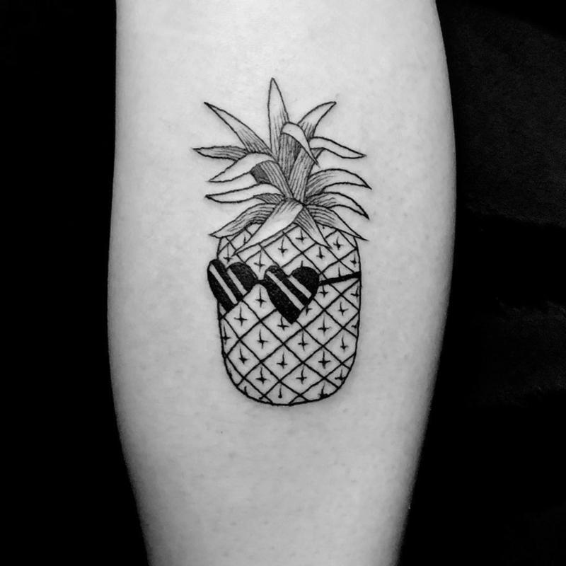 Tattooideen kleine Ananas mit Sonnenbrillen