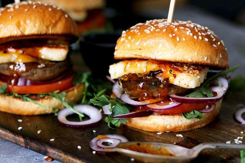 selbstgemachte Burger mit Halloumi und Zwiebeln