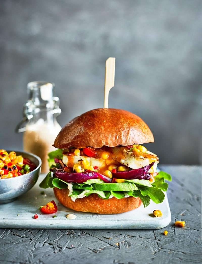 Halloumi Burger mit Mais und Zwiebeln