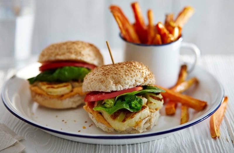 vegetarische Burger mit Pommes servieren