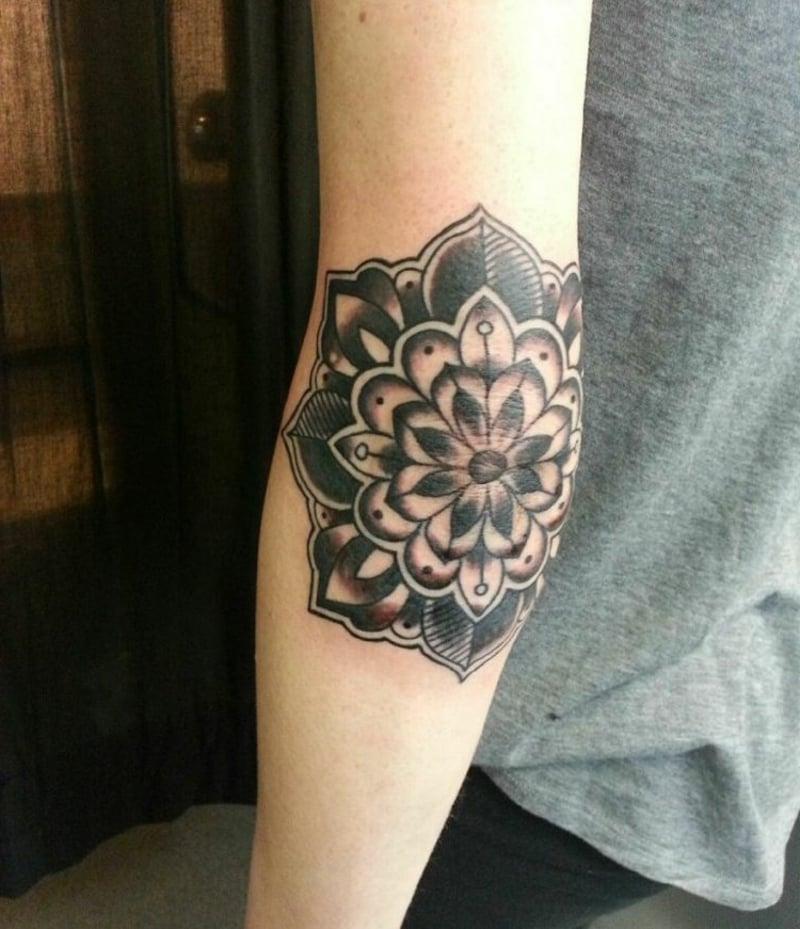 Tattoo Ellenbogen Mädchen Mandala