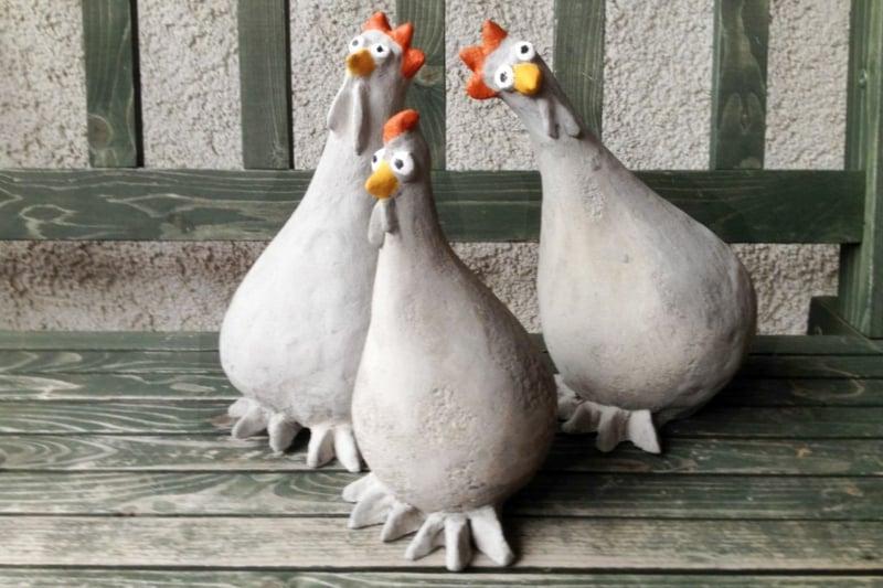 lustige Gartenfiguren Hühner