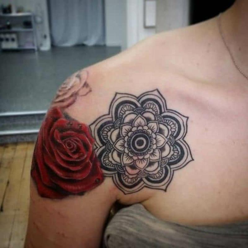 Mandala Tattoo Schulter Frau