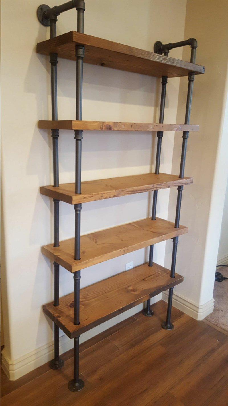 hohes Regal aus Holz und Metall