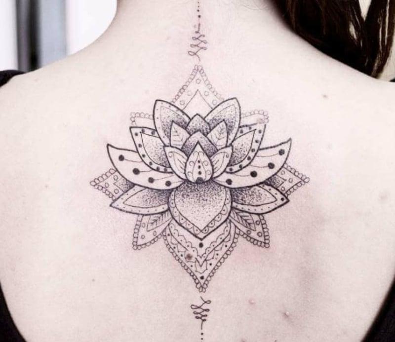 Lotusblume Tattoo zart schön