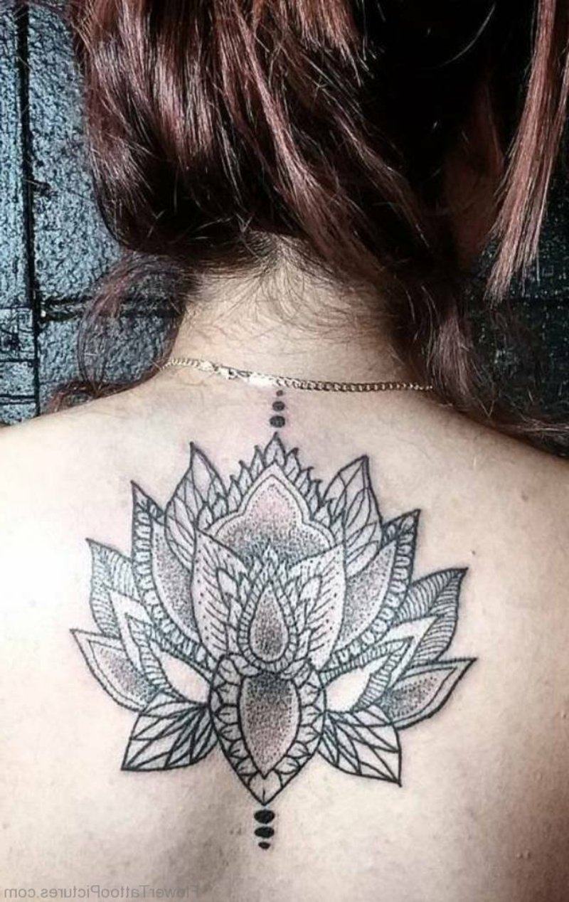 Lotusblume Tattoo Rücken besonders groß