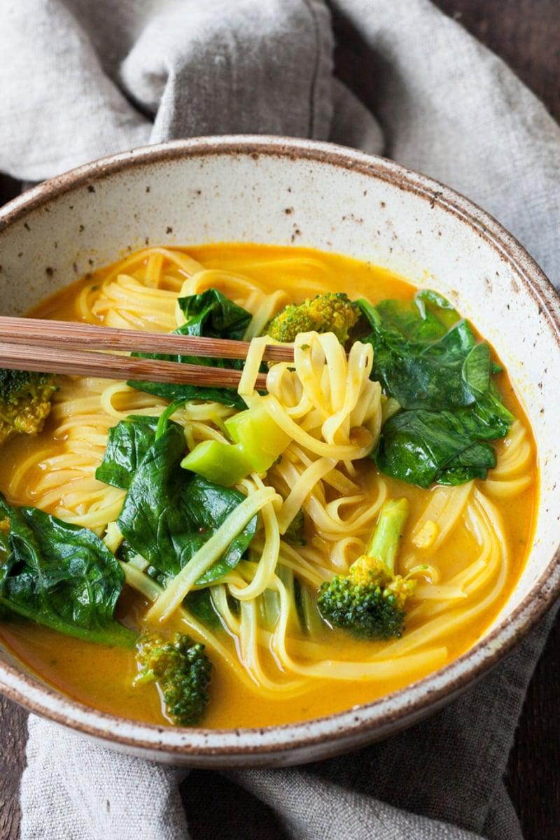 Suppe mit Kokosmilch und Nudeln