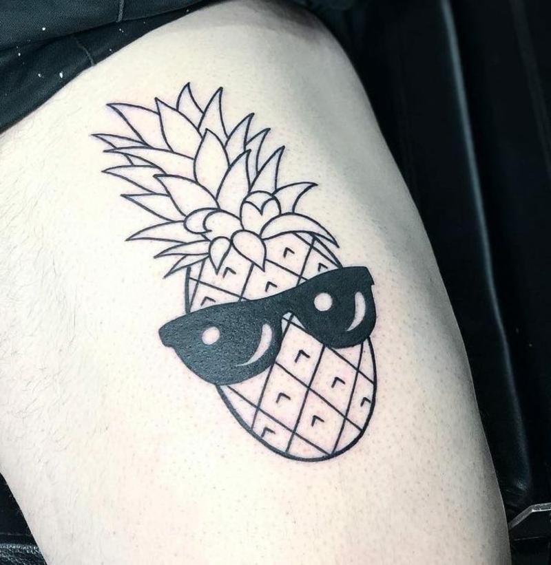 Ananas Tattoo mit Sonnenbrillen cool
