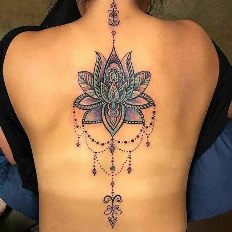 Lotus Tattoo Mandala Rücken groß auffällig