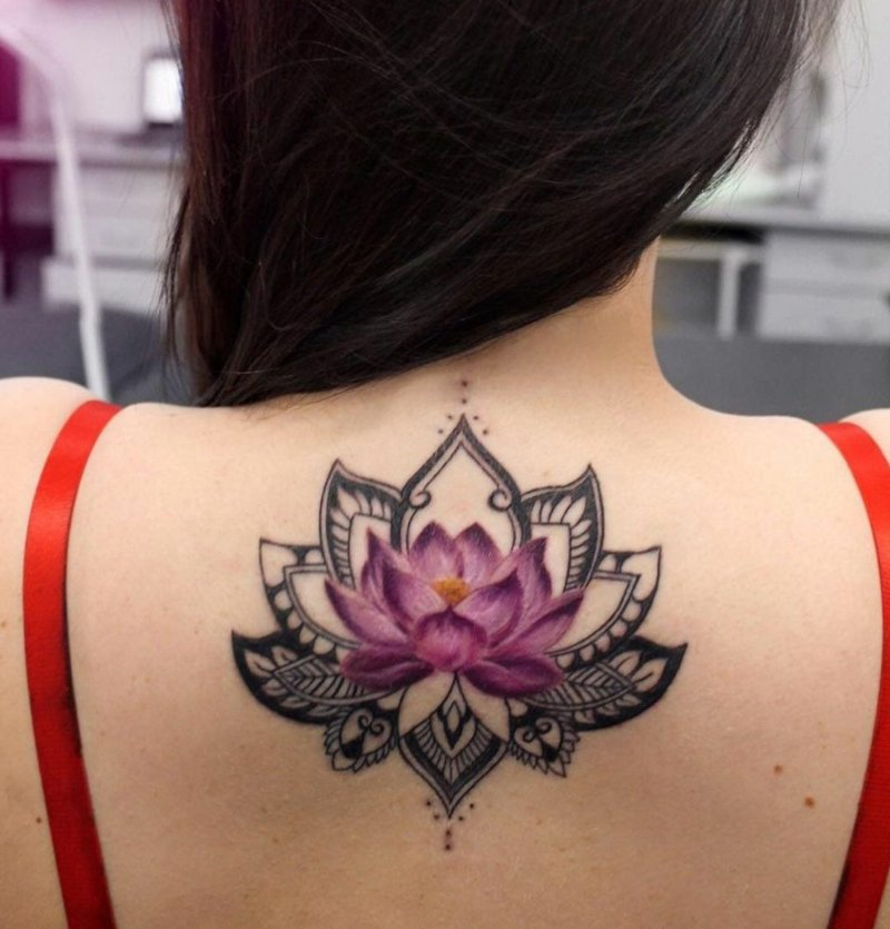 Lotus Tattoo Mandala Mädchen Rücken bunt