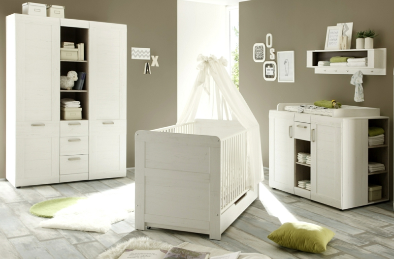 Himmelsbett und Wickelkommode Babyzimmer