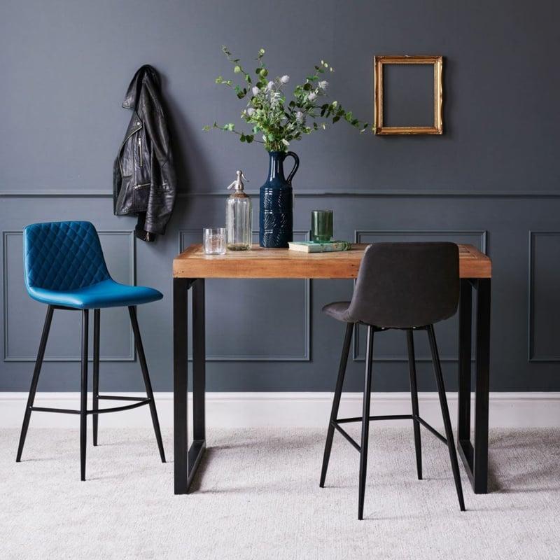 Bartisch im Wohnzimmer zwei Stühle