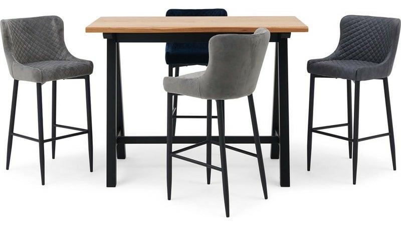 Holztisch mit Barstühlen