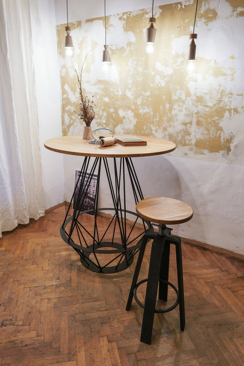 hoher Holztisch Metallgestell origineller Look